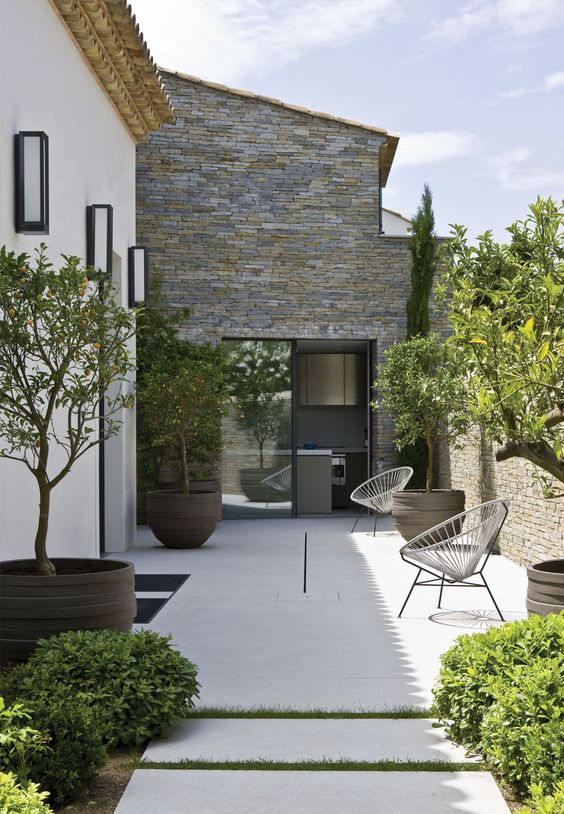 Gigantesque pot à arbre sur belle terrasse moderne