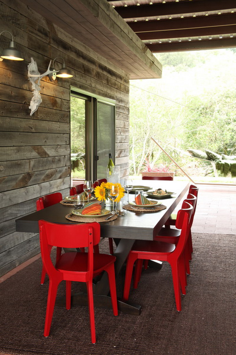 Salle à manger contemporaine sur terrasse extérieur.