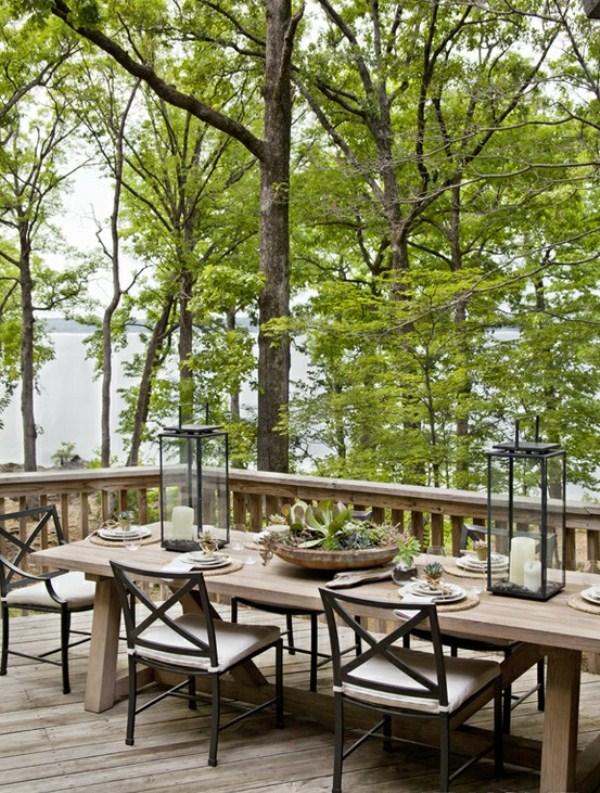 Salle à manger extérieur de style champêtre avec vue sur l'eau.