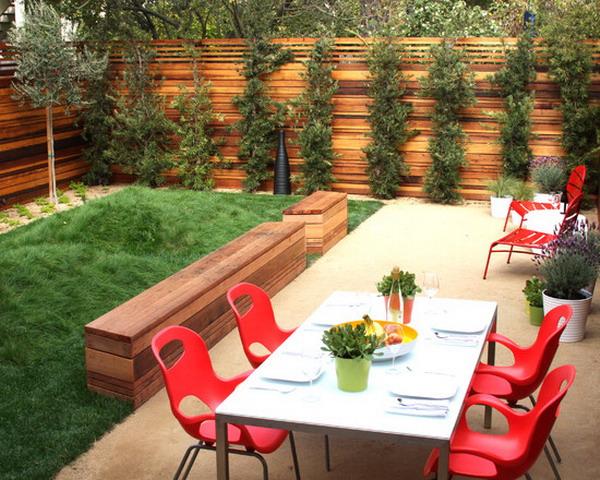 Salle à manger extérieur de style retro loger dans une cour intime.