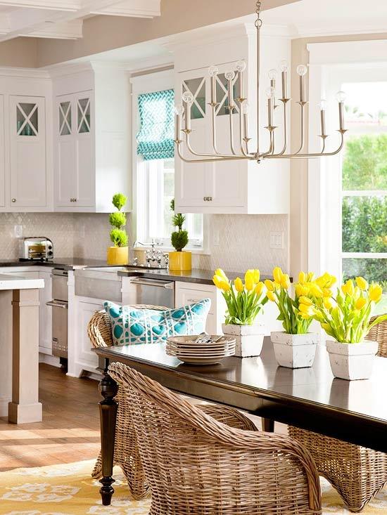 Cuisine salle à manger avec mobilier en rotin et accent décoratif jaune
