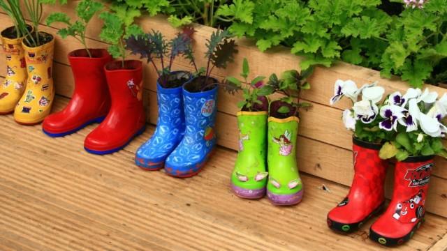 Suggestion de décoration extérieur avec botte de pluie servant de pots à fleurs