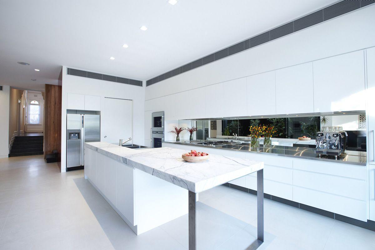 Cuisine contemporaine avec comptoir d'îlot en marbre blanc.