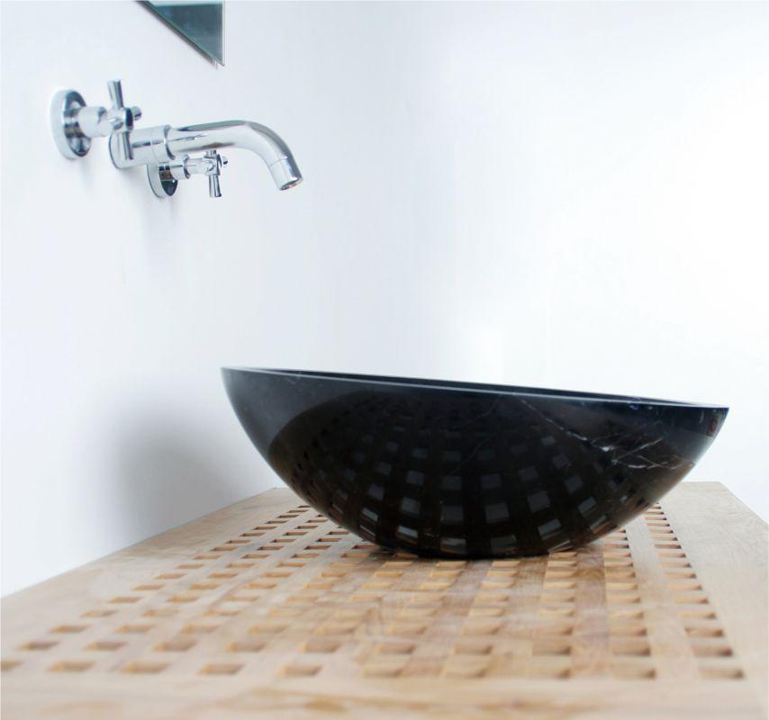 Superbe lavabo de salle de bain en marbre noir.