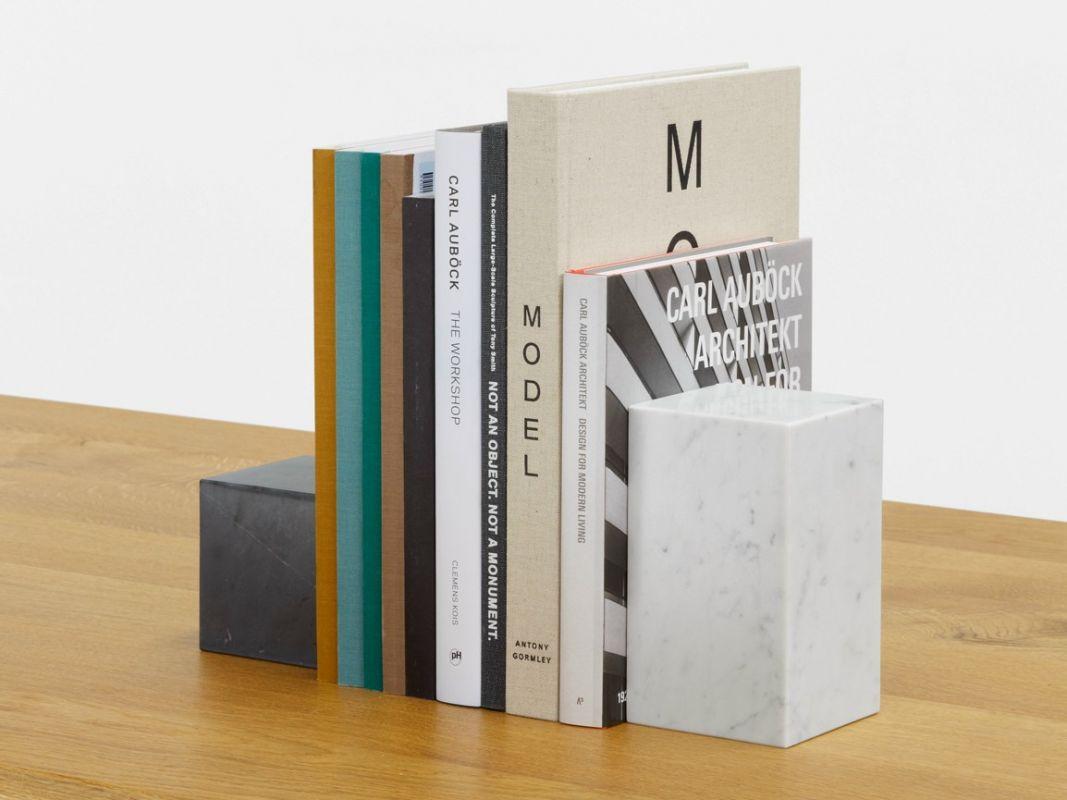 Idée de d'objet décoratif en marbre, ici, des appuie-livres.