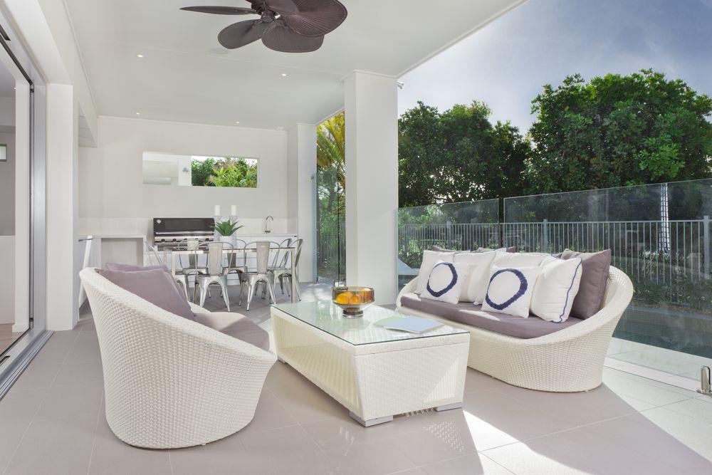 Barbecue de table sur terrasse moderne