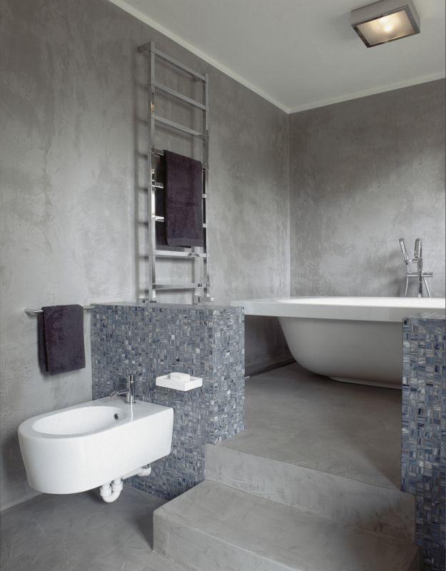 Chauffe serviette murale dans salle de bain de style industriel