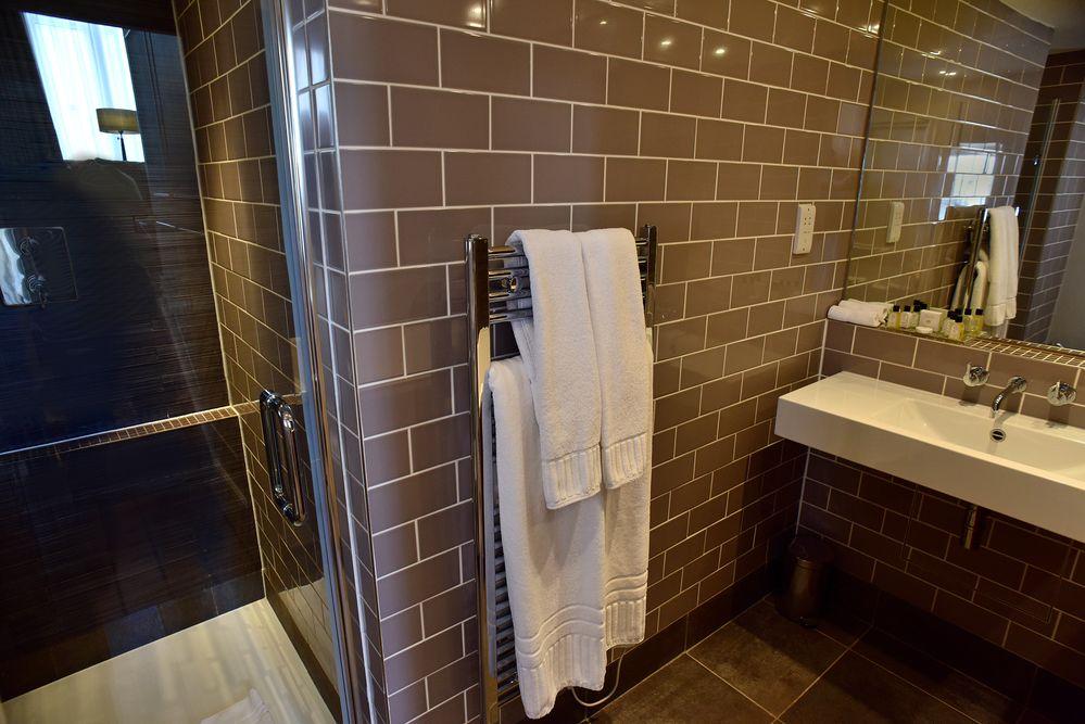 Chauffe serviette dans salle de bain moderne