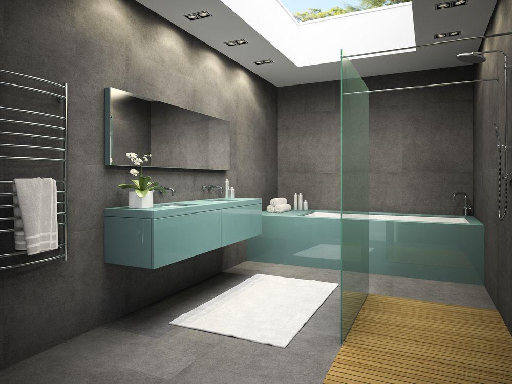 Chauffe serviette délicat dans salle de bain de style commercial
