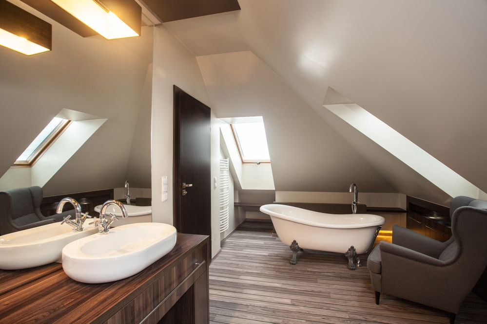 Très petite salle de bain avec plafond en angle bien aménagé