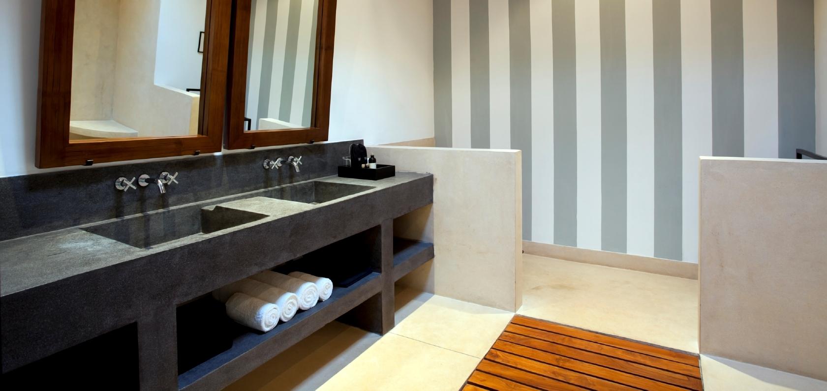 Salle de bain avec accent de bois et comptoir en beton poli