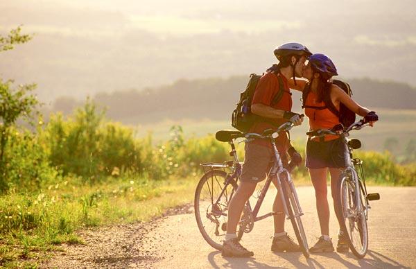 Couple s'embrassant sur une piste cyclabe des Cantons de l'Est