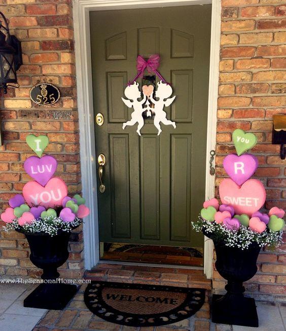 Porte d'entrée de maison décorée pour la Saint-Valentin