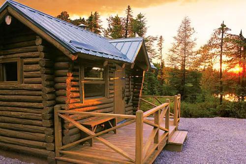 Un des nombreux chalet en bois rond disponible à la location un peu partout dans cette belle région