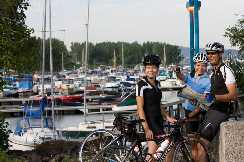 Couple de cycliste sur le bord du fleuve à Longueuil