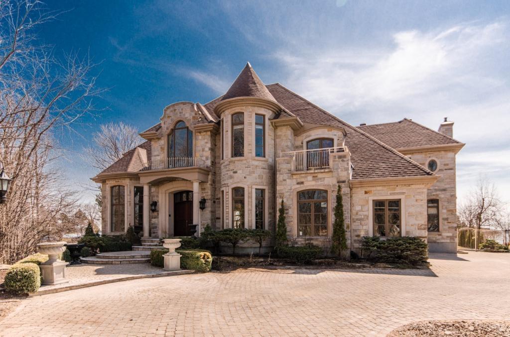 La façade de cette luxueuse propriété est déjà superbe ! Attendez de voir la cour arrière !