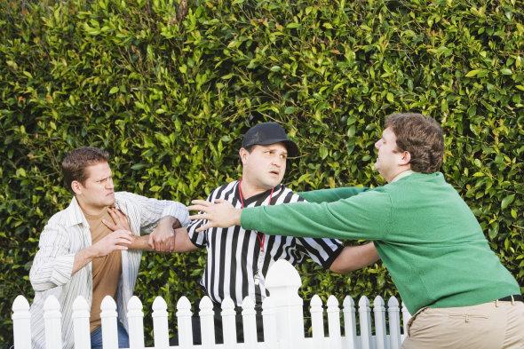 Scène de guerre de clôture, une chicane de voisin en bonne et due forme