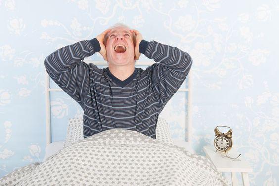 Homme dans son lit incapable de dormir çà cause du bruit des voisins