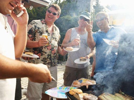 Groupe d'amis / personnes autour d'un BBQ dans un party
