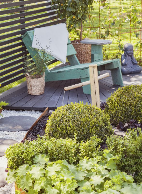 Petite terrasse intime avec beaucoup de verdure