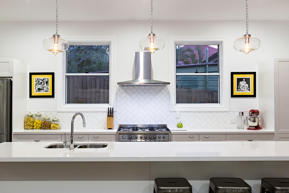Hotte de cuisine murale très bien intégré dans une cuisine de style contemporain