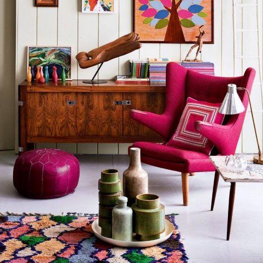 Petit salon décoré avec un style moderne des années soixante-dix