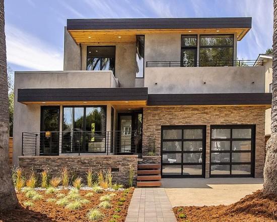 Maison contemporaine avec porte de garage style porte patio.