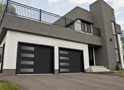 Porte de garage double avec fenêtres sur devanture de maison contemporaine.