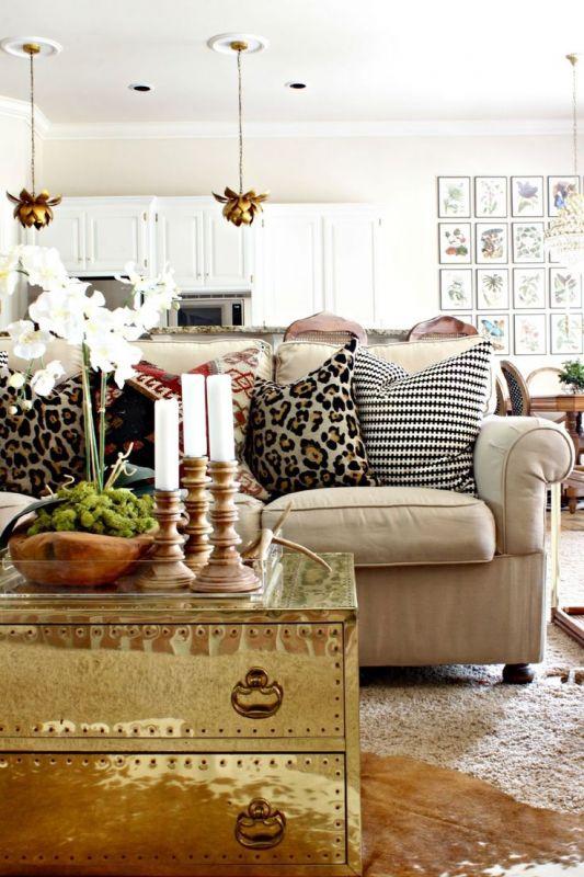 Coussin à motif léopard sur divan de salon