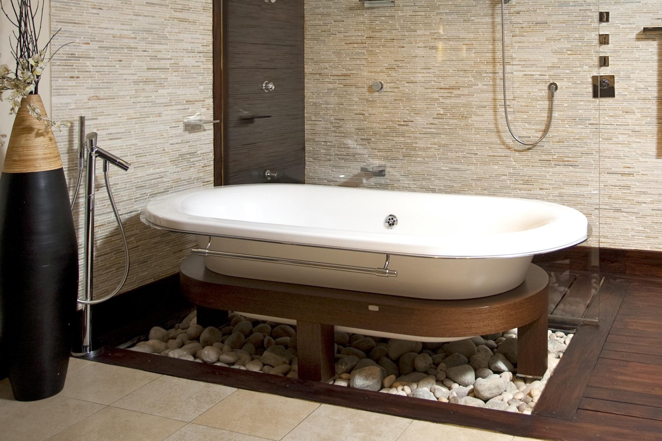 Salle de bain zen décorée avec beaucoup de goût et de matière.