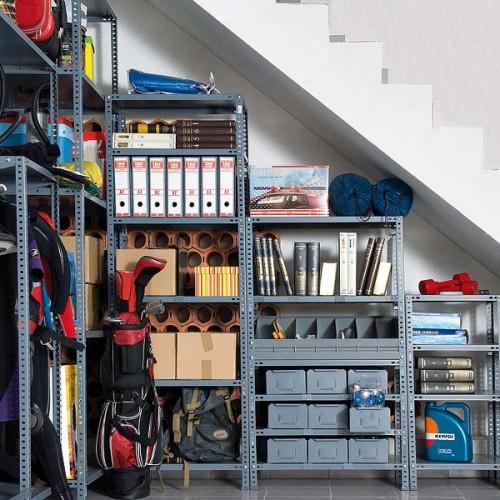 Rangement efficace sous la cage d'escalier du sous sol.