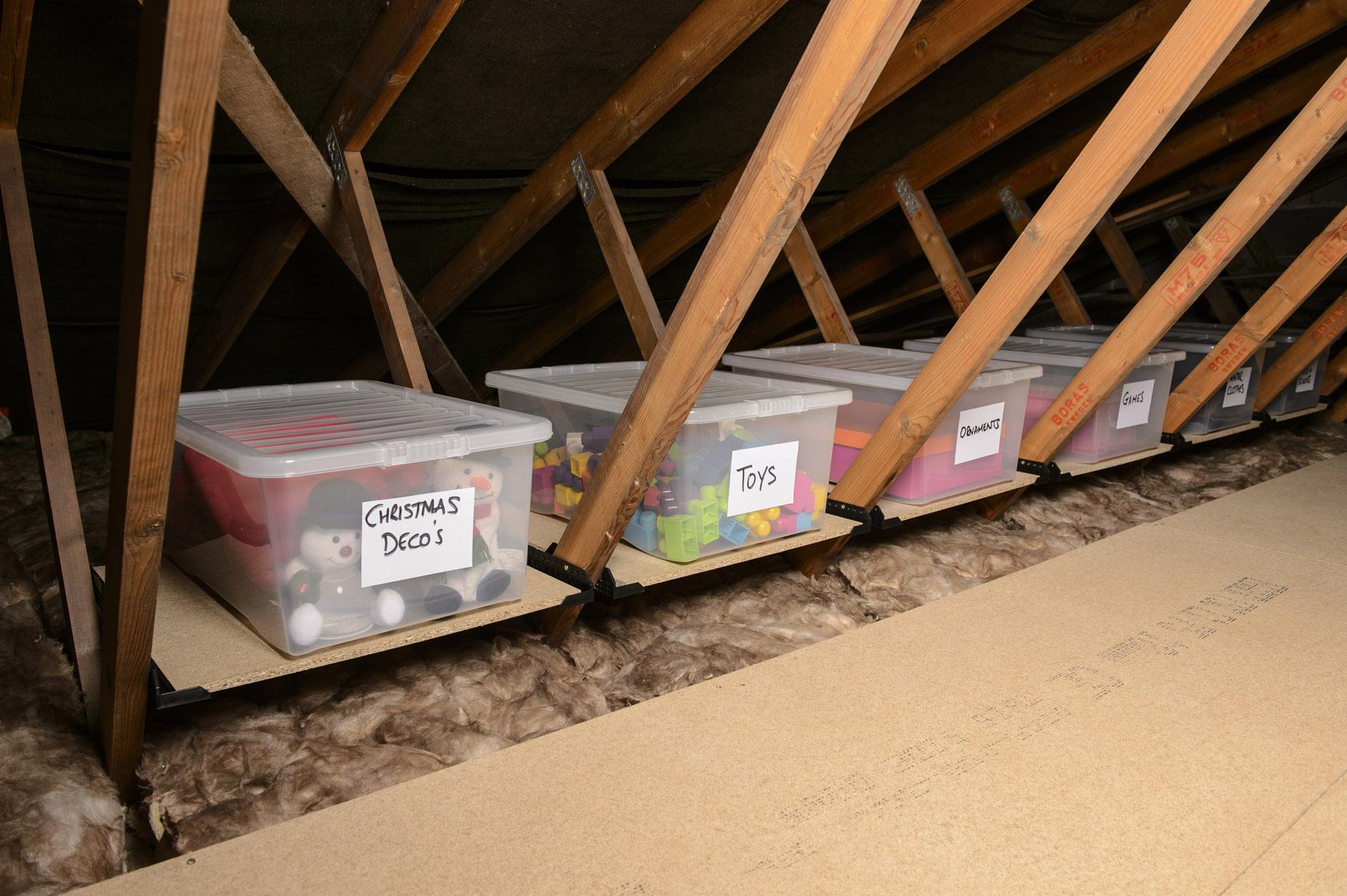 Espace de rangement au grenier pour objets saisonniers.