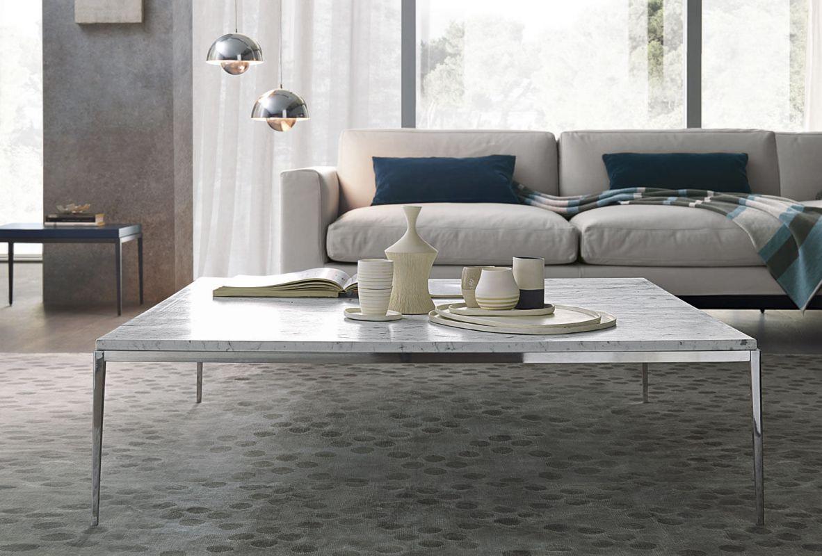 Salon chaleureux avec grande table à café en marbre.
