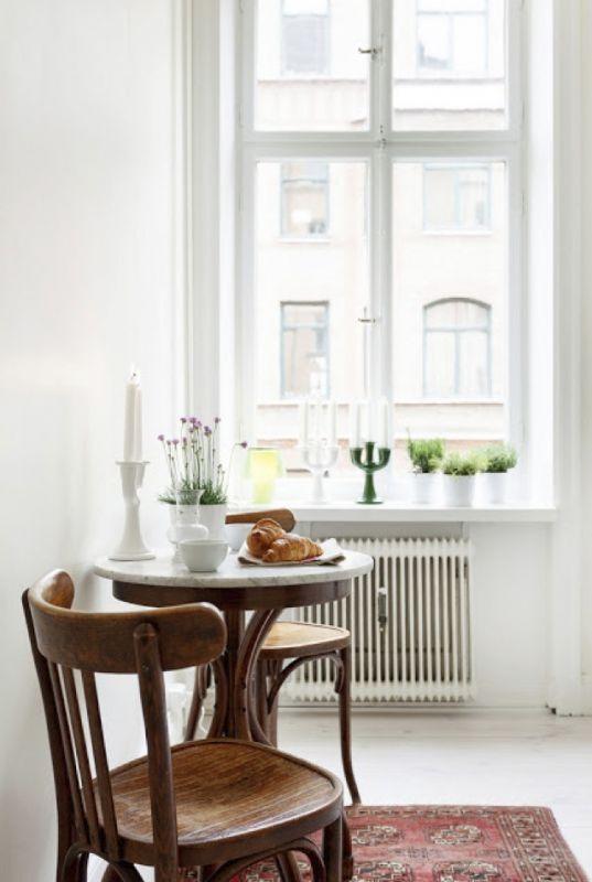 Petit coin repas avec table en bois et marbre.