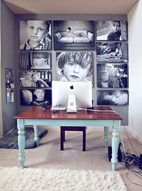 Petit mur de bureau décoré avec photos encadrées de famille.