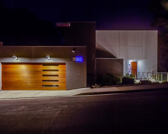Porte de garage très bien harmonisé avec style de maison moderne