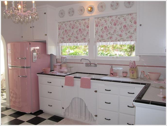 LA cuisine rétro avec réfrigérateur rétron et accents rose bonbon