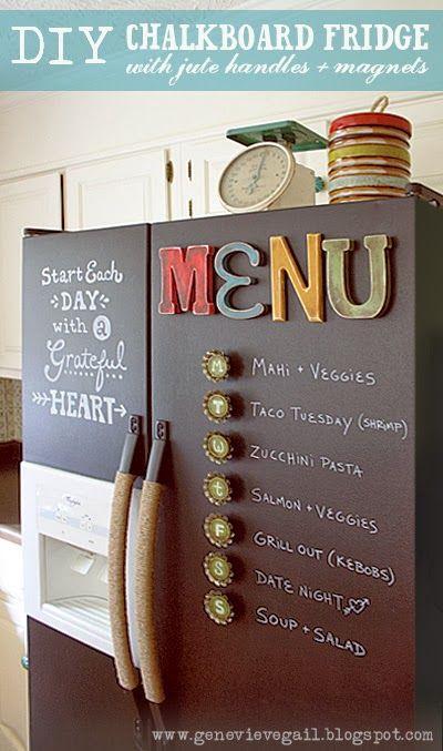 Réfrigérateur décoré maison avec peinture et ornements