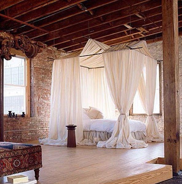 Grande chambre principale avec lit à baldaquin majestueux