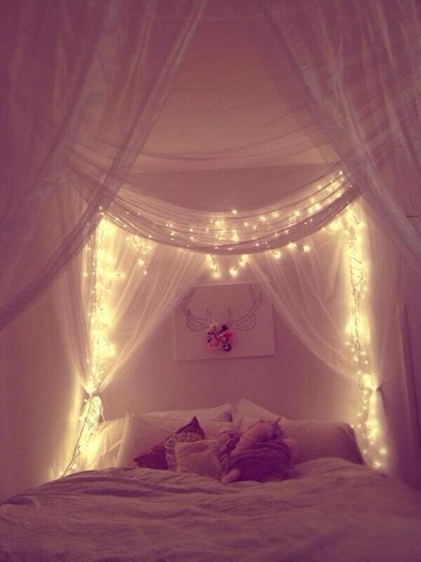 Chambre à coucher avec lit à baldaquin avec éclairage feutré