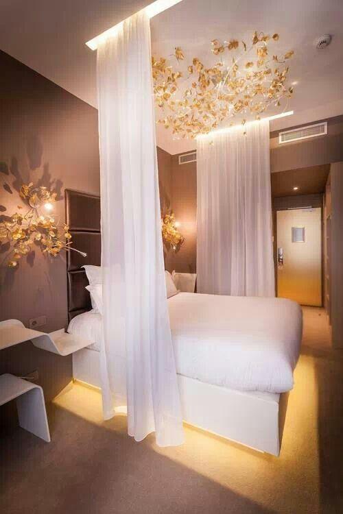 Chambre moderne et chic avec voiles décoratifs