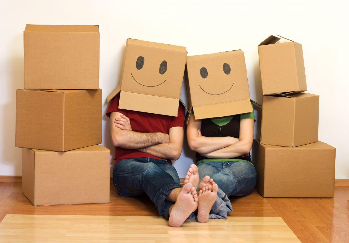 Couple parmis des boites de déménagement