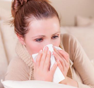Personne en train de se moucher, victime d'allergie