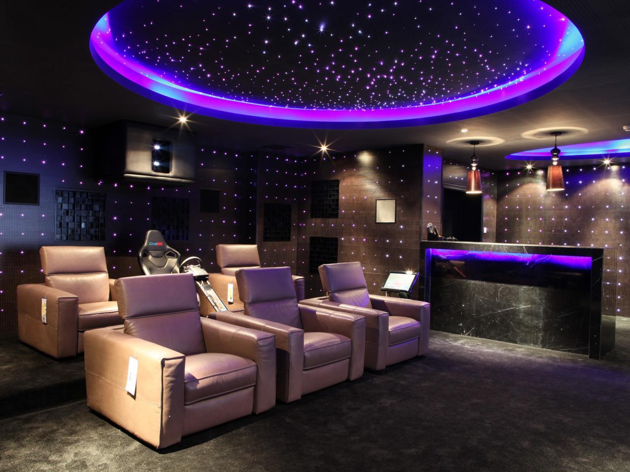 Salle de cinéma maison de style futuriste avec plafond étoilé