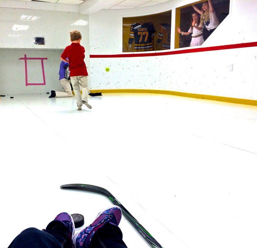 Des enfants qui jouent au hockey sur une patinoire intérieur