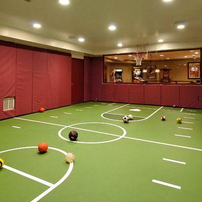 Terrain de basketball intérieur dans sous sol de maison