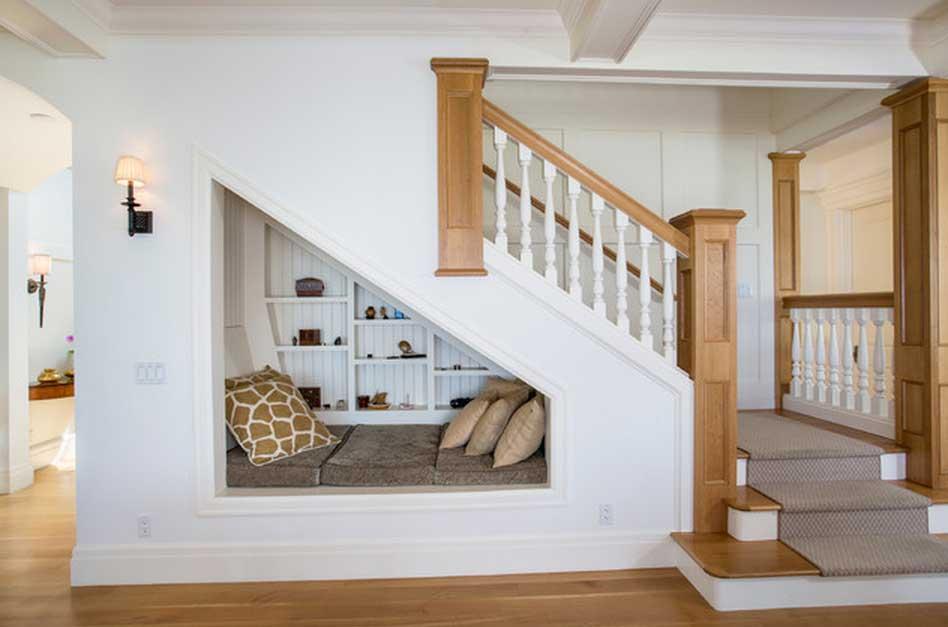 plusieurs espaces dans une maison sont oublis par exemple le dessous de la cage descalier qui peut se transformer en un coin de lecture