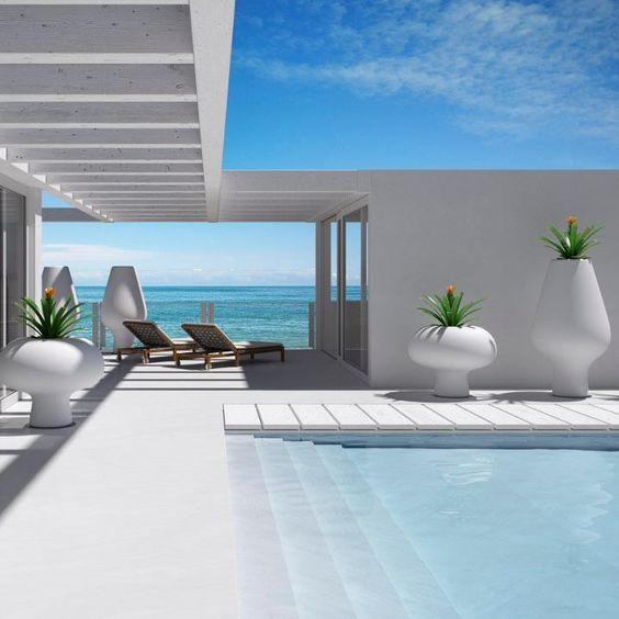 Gros pots à fleur de style moderne sur bord de piscine