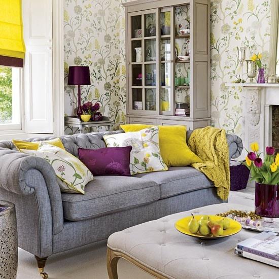 Salon avec divan et buffet avec accent de jaune pour la décoration