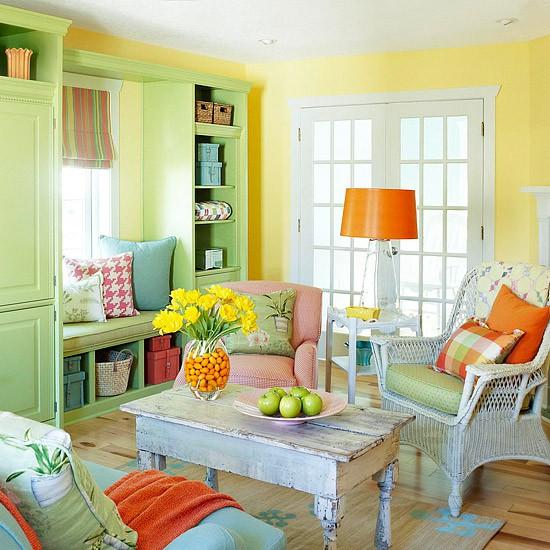 Salon champêtre avec mur peinturé jaune